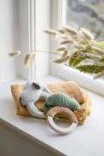 Sebra Crochet rattle Carley on ring moss green