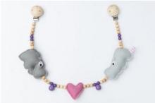 Deine Sommerliebe Pram chain hippo dark pink